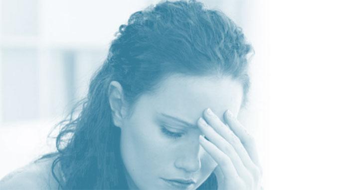 Een depressieve vrouw die sip kijkt