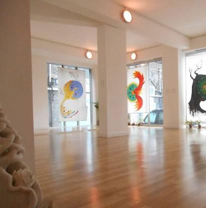 Een kunst gallerie met verschillende schilderijen