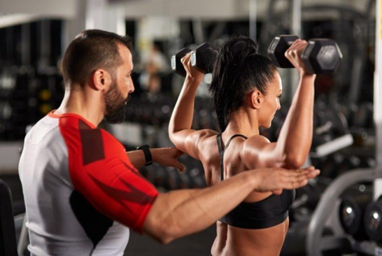 sporten samen met een personal trainer